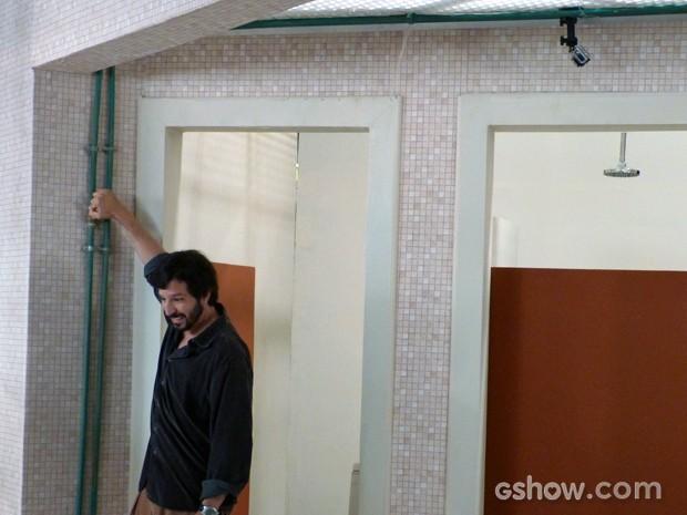 O professor Virgílio fecha o registro d'água (Foto: Malhação / TV Globo)
