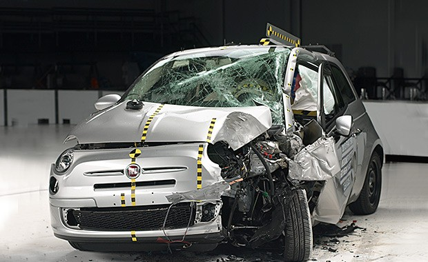 Fiat 500 em crash test do IIHS (Foto: Reprodução)