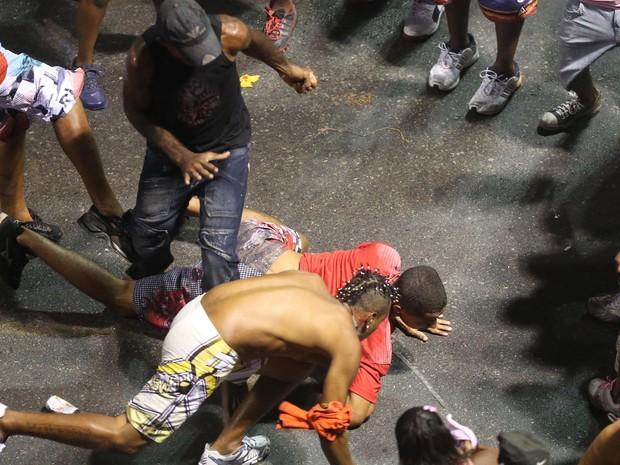 Briga e confusão durante a passagem do grupo 'A Bronkka' no circuito Dodô (Barra/Ondina), na madrugada deste domingo (10), em Salvador, Bahia (Foto: LÚCIO TÁVORA/AGÊNCIA A TARDE/ESTADÃO CONTEÚDO)