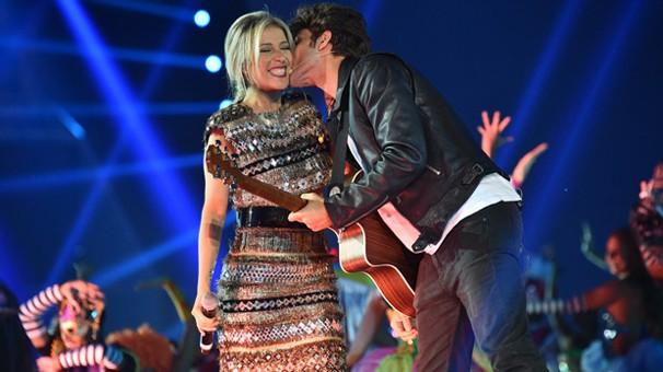 Luiza Possi e Chay Suede cantam a música-tema do Fantástico, em ponto alto do Show 50 Anos, que você vê na sexta, dia 1º (Foto: Globo)