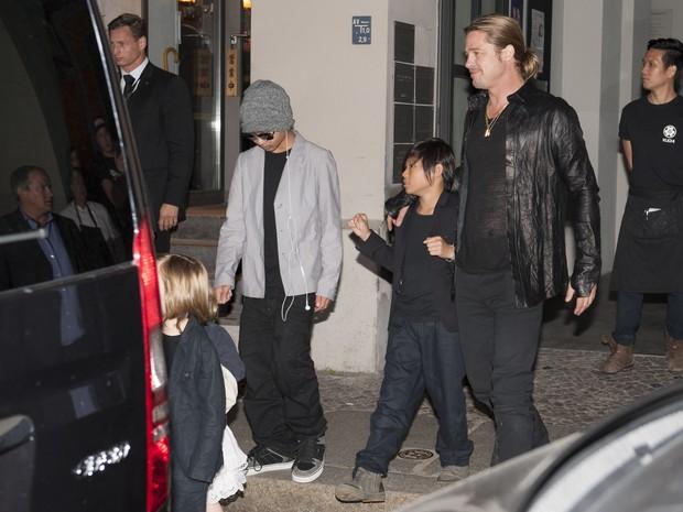 Brad Pitt com os filhos Maddox e Pax Thien em restaurante em Berlim, na Alemanha (Foto: Splash News/ Agência)