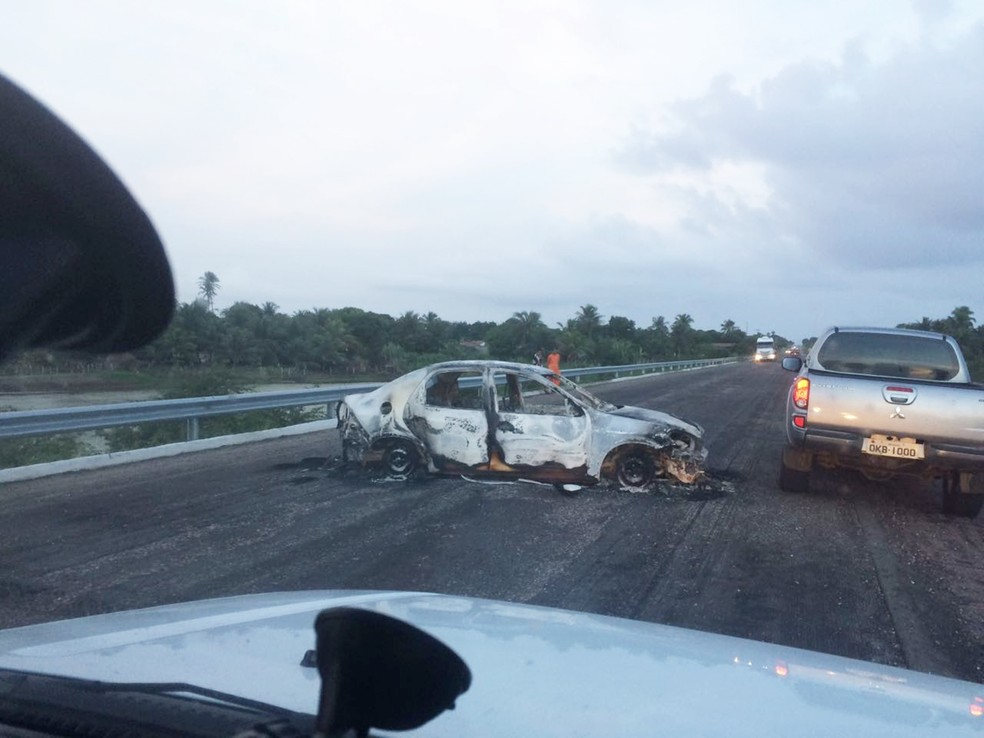 Carro queimado foi encontrado pela polícia em estrada, após ação dos bandidos (Foto: Divulgação / PM)
