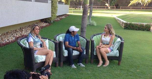 Taís Lopes conversa com Zé Cantor e Taty Girl. (Foto: Reprodução TV Verdes Mares)