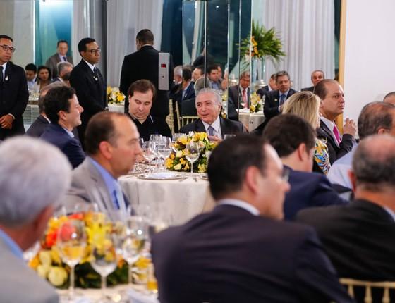 Presidente Michel Temer acompanhado dos Presidentes da Câmara e do Senado, Rodrigo Maia  e Renan Calheiros durante jantar com a base aliada no Palácio da Alvorada (Foto:  Beto Barata/PR)