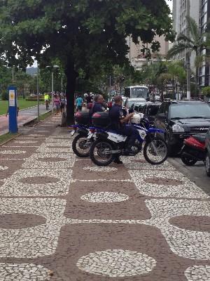 Motocicletas estavam estacionadas em cima da calçada (Foto: Rafael Olintho/VC no G1)