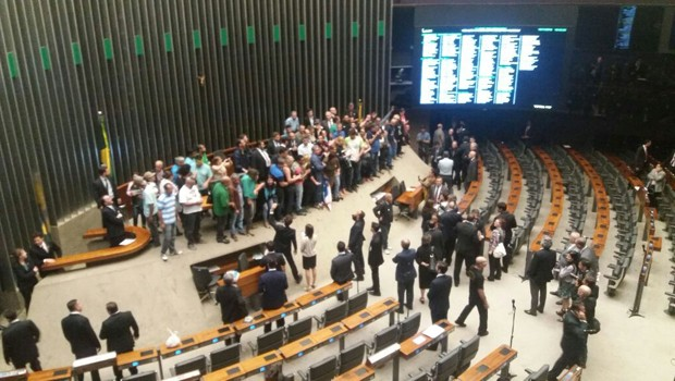 Resultado de imagem para Manifestantes a favor da intervenção militar invadem plenário da Câmara - 16/11/2016