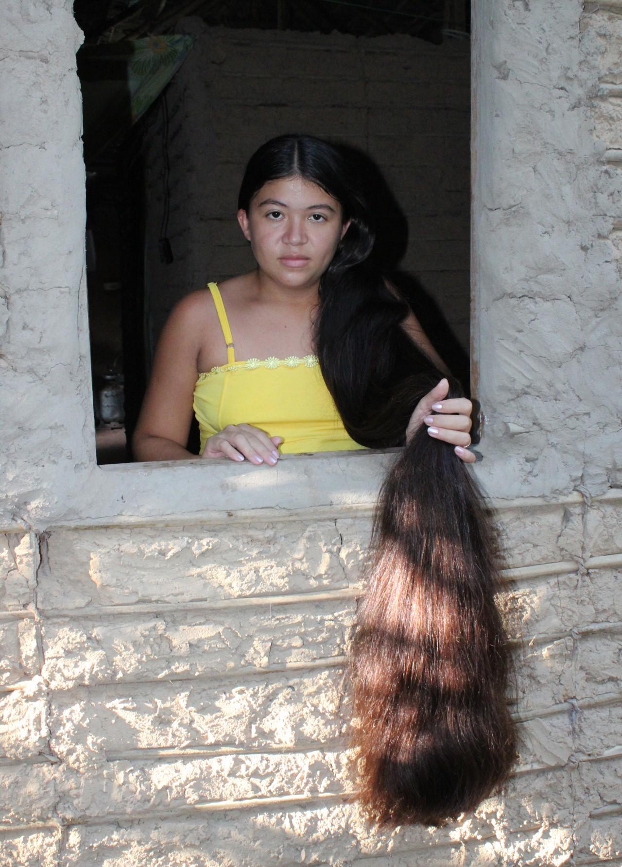 Por semana a mulher gasta um frasco de shampoo de 350 ml para lavar os fios (Foto: Patrícia Andrade/G1)