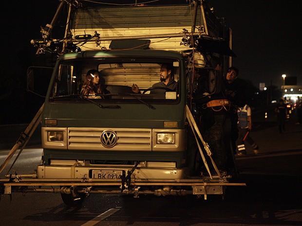 Andreia Horta e Paulinho Vilhena gravam sequência de ação (Foto: A Teia / TV Globo)