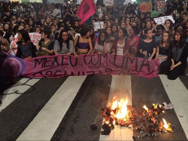 Manifestantes queimam boneco simbolizando Alexandre Frota, durante ato em SP (Foto: Lívia Machado/G1)