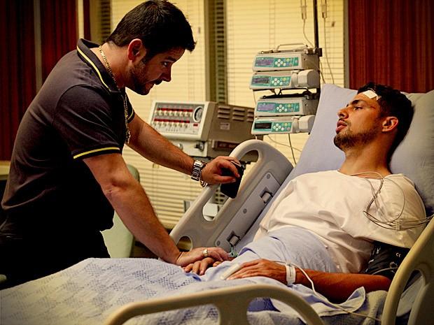 Ainda baqueado com o acidente, Jorginho chama por Rita (Foto: Avenida Brasil/TV Globo)