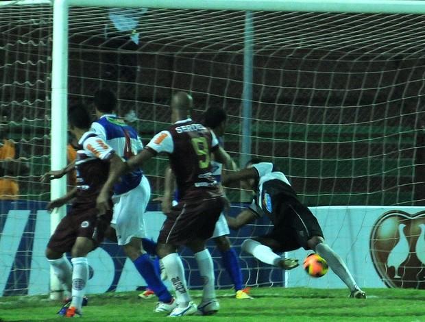 Léo Oliveira marca de cabeça o quarto gol da Desportiva sobre o Atlético-AC (Foto: Chico Guedes/A Gazeta)