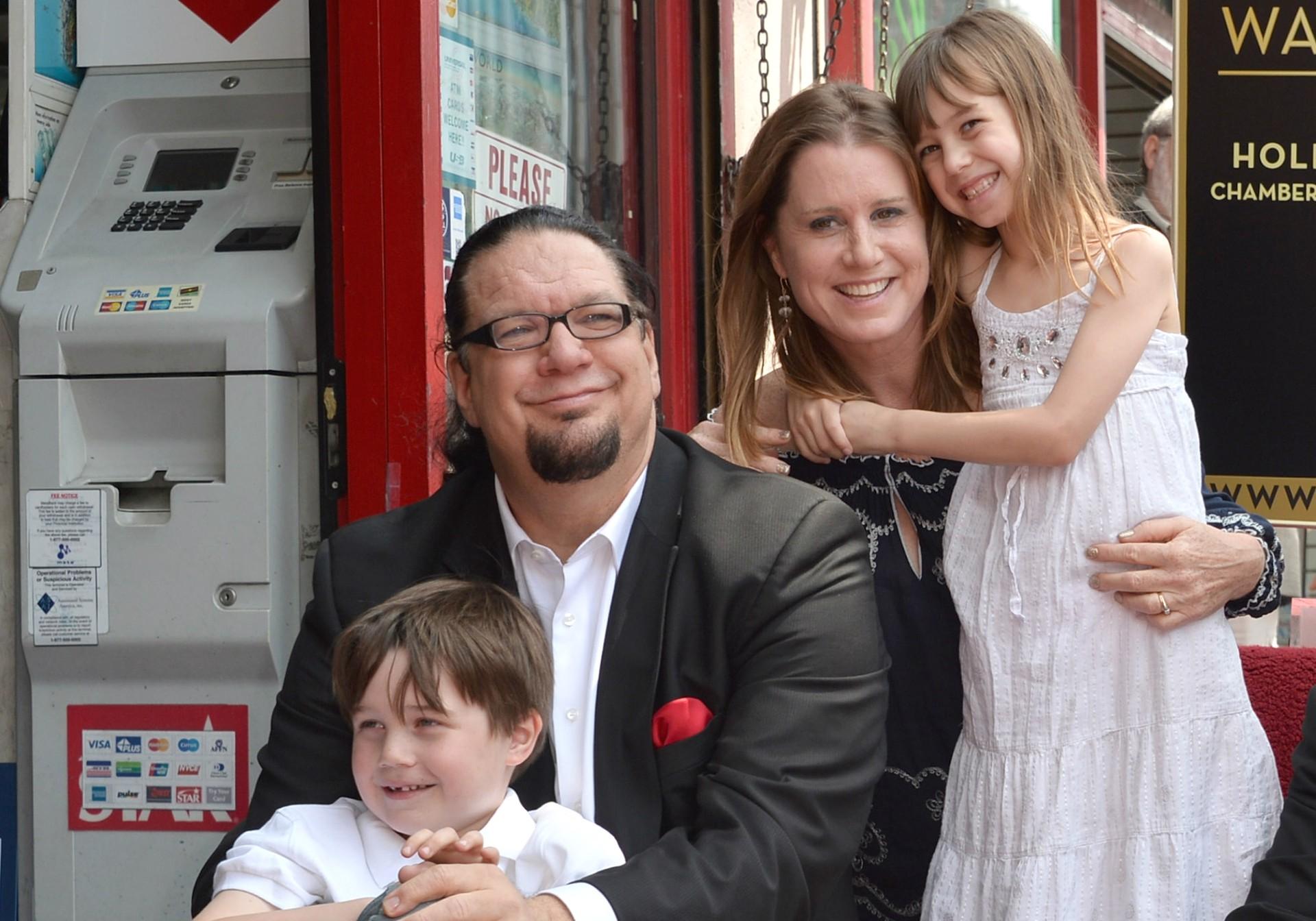 """O humorista Penn Jillette e a esposa, Emily Zolten, têm um filho chamado Zolten (sim, o sobrenome da mãe) e uma filha chamada Moxie Crimefighter (algo como """"coragem lutadora contra o crime""""). (Foto: Getty Images)"""