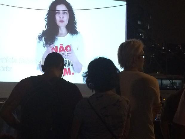 Letícia Sabatella fala em vídeo em ato de cineastas contra o impeachment (Foto: Daniel Silveira/G1)