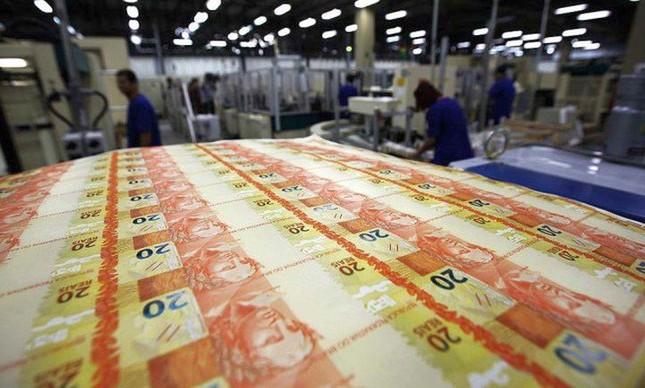 Crédito em queda: aperto nas condições faz brasileiros adiarem planos (Foto: Marcelo Sayão / EFE / Veja)