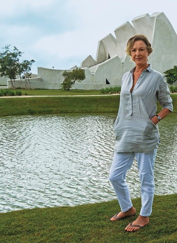 Sabine, em frente ao teatro projetado pelo arquiteto François Valentiny para abrigar o festival de música erudita criado por ela, em Trancoso, no sul da Bahia (Foto: Ean de Matteis)
