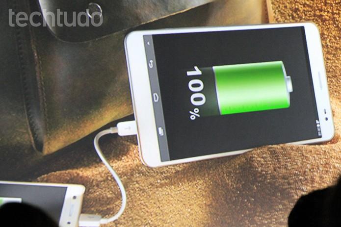 MediaPad X1, como o Mate 2, também consegue recarregar outros smartphones (Foto: Isadora Díaz/TechTudo)