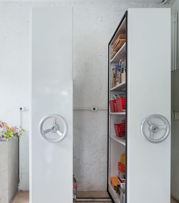 Na cozinha, o meu destaque vai para a despensa feita com armários de estoque em aço, que deslizam abrindo as portas. Não é uma ideia ótima? Além de dar este ar inovador, trouxe praticidade no manuseio e proteção dos alimentos (Foto: Lufe Gomes/Life by Lufe)