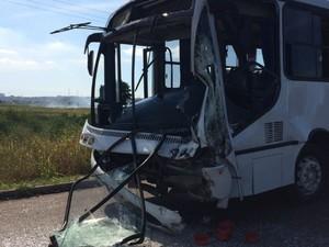 Ônibus colide em caminhão em complexo de empresas na Serra, Espírito Santo (Foto: Eliana Gorriti/ TV Gazeta)