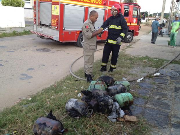 Ainda segundo o cabo, no local havia cilindros de refrigeração, mas não ofereciam perigo, já que estavam vazios. O incêndio só causou danos materiais, de acordo com o Corpo de Bombeiros.   (Foto: Walter Paparazzo G1/PB)
