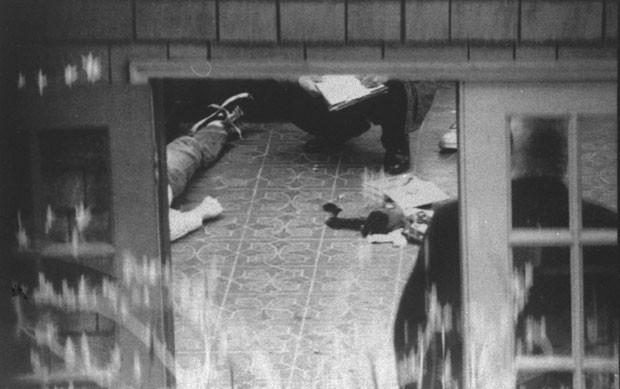 Foto de 1994 mostra o corpo de Kurt Cobain, do Nirvana (Foto: Tom Reese/Seattle Times/AP)