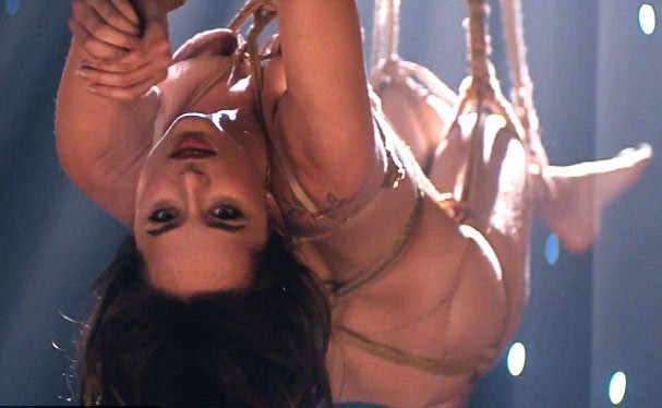 Dakota Johnson sensualizando no clipe do The Weekend (Foto: Divulgação)