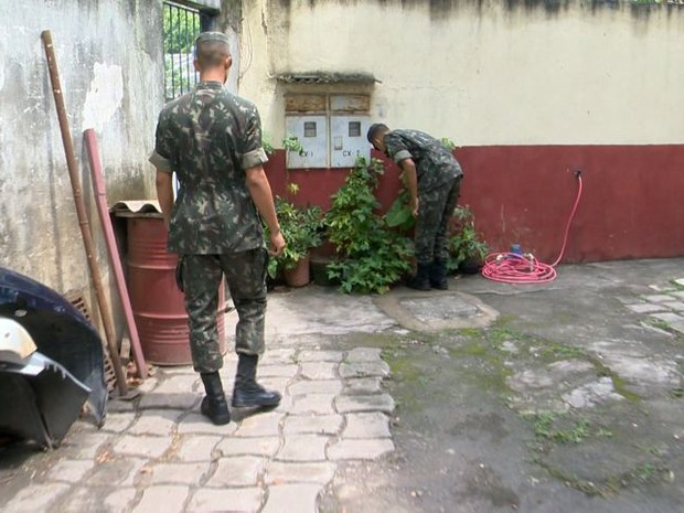 Exército está ajudando no combate aos focos do mosquito (Foto: Reprodução/ TV Gazeta)