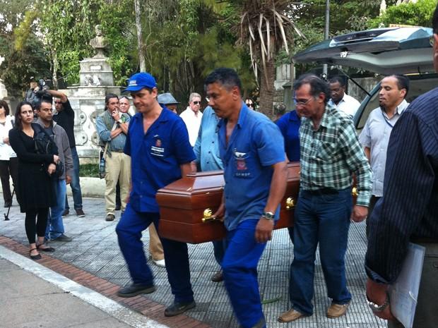 Caixão com corpo de Paulo Vanzolini chega para enterro no Cemitério da Consolação, em São Paulo (Foto: Letícia Mendes/G1)