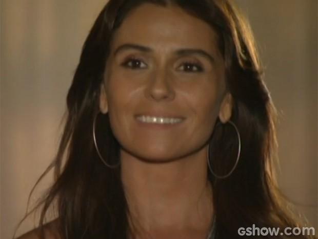 Clara não sabia que estava sendo observada (Foto: Em Família/TV Globo)