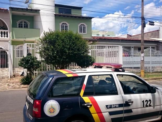 Carro da Polícia Militar em frente a casa do Guará; moradora se trancou com filhos em quarto após ligação de falso sequestro (Foto: Mateus Rodrigues/G1)