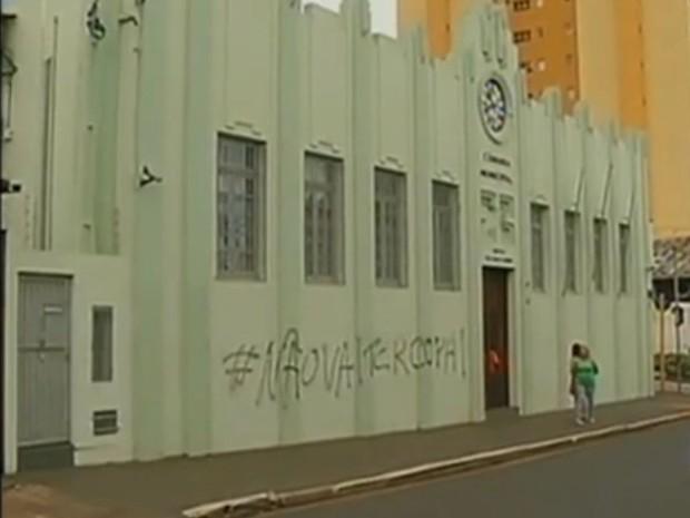 Frase 'Não vai ter Copa' foi pichada no prédio da Câmara de Botucatu (Foto: Reprodução / TV TEM)