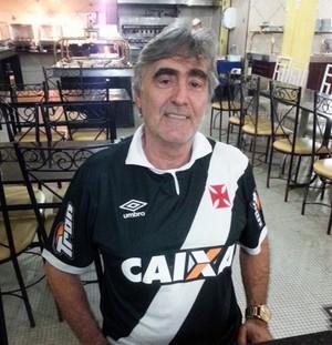 Torcedor com a nova camisa do Vasco (Foto: Raphael Zarko)