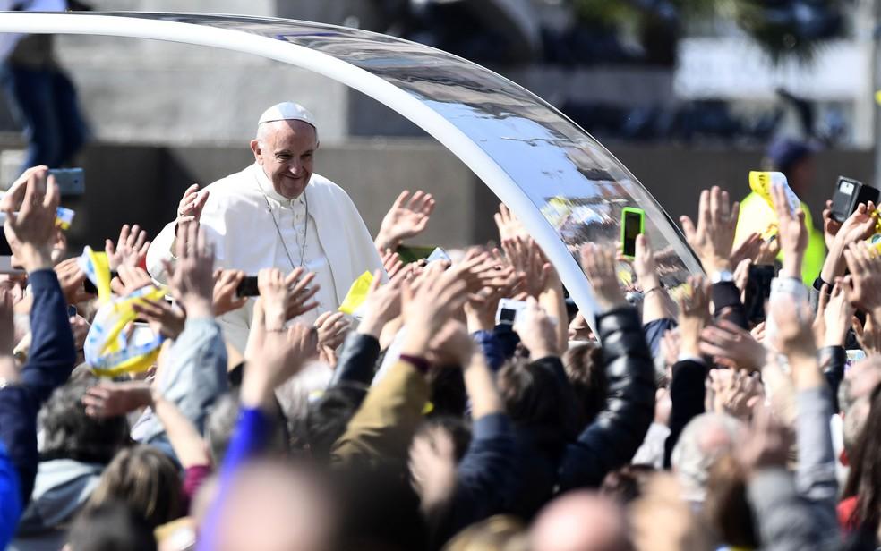 Papa cumprimenta fiéis na Praça Duomo neste sábado (25) (Foto: Miguel Medina/AFP)
