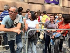 Grupo de amigos de Salvador espera na fila para visitar quadros (Foto: Márcio Pinho/G1)