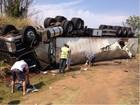 Motorista fica ferido após caminhão capotar em rodovia no norte do PR