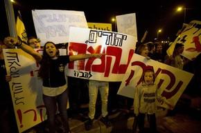Israelenses protestam após morte de bebê em acidente com palestino nesta quinta-feira (23) em Jerusalém (Foto: Sebastian Scheiner/AP)