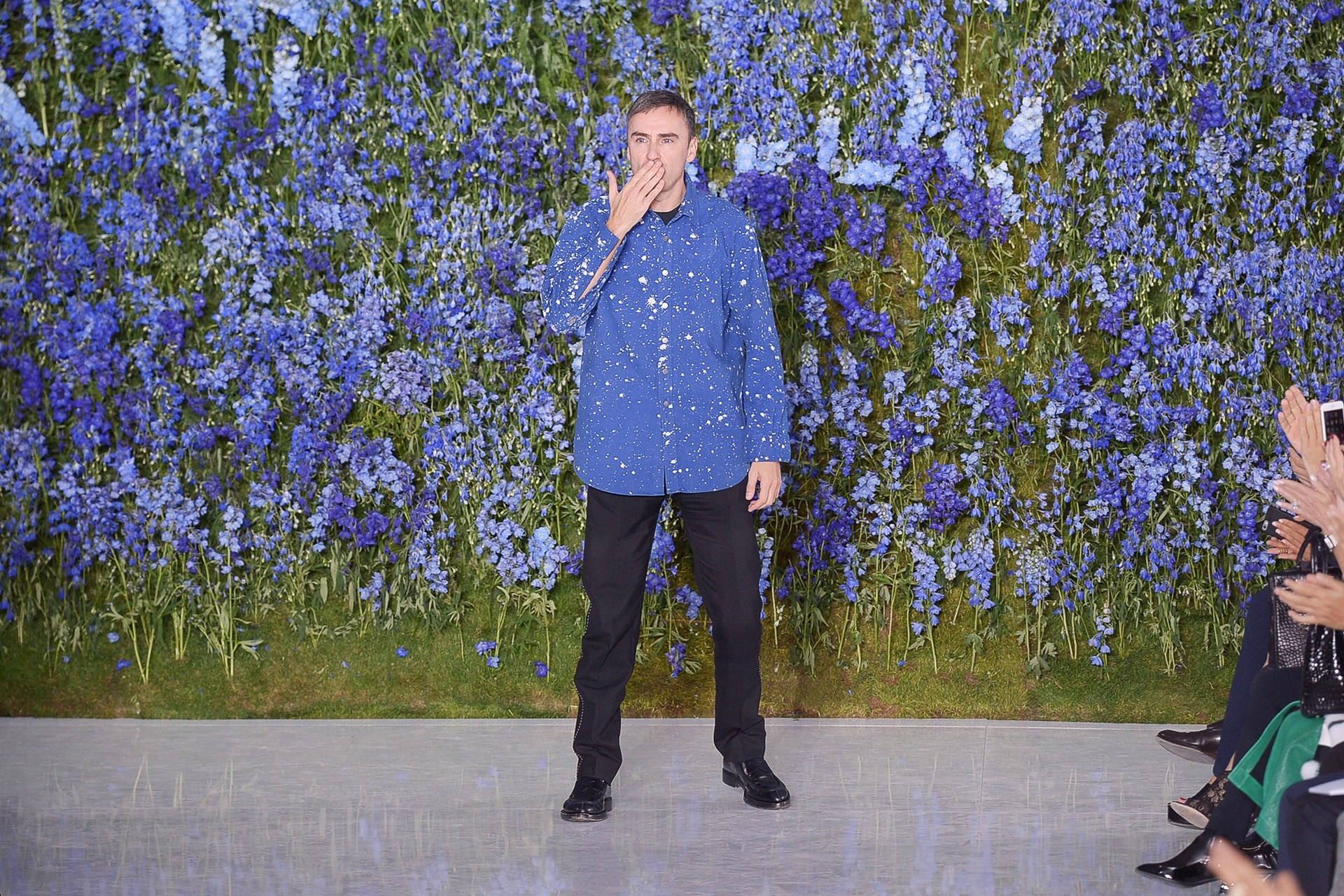 "Raf Simons and the now-famous ""walls of flowers"" for his first Autumn/Winter collection for Dior in July 2012, which featured in the film, ""Dior and I"" (Foto: Getty)"