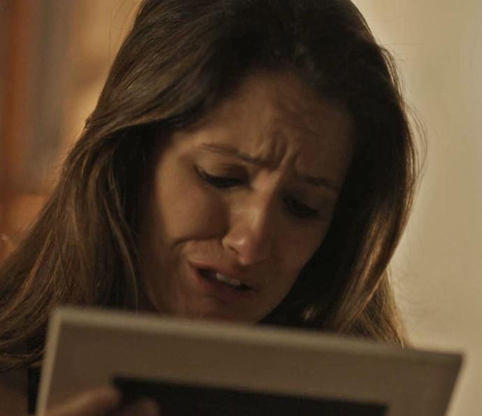 Nanda chora ao ver foto de Filipe (Foto: TV Globo)
