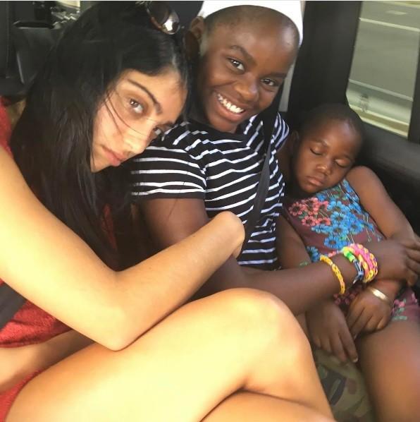 As filhas Lourdes e Mercy James ao lado de uma das gêmeas (Foto: Reprodução/Instagram)