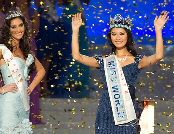 Wenxia, vencedora do Miss Mundo 2012, e a segunda colocada, do país de Gales,  Sophie Moulds (Foto: Ed Jones/AFP)