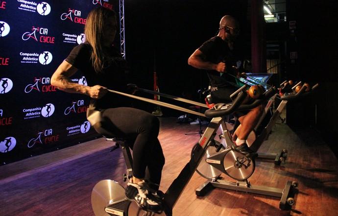 Thera-band é uma das estrelas do exercício (Foto: Marcos Dantas)