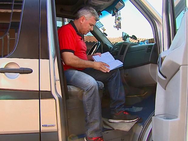 Agendas de motoristas de vans para o fim de ano estão lotadas  (Foto: Ely Venâncio/EPTV)