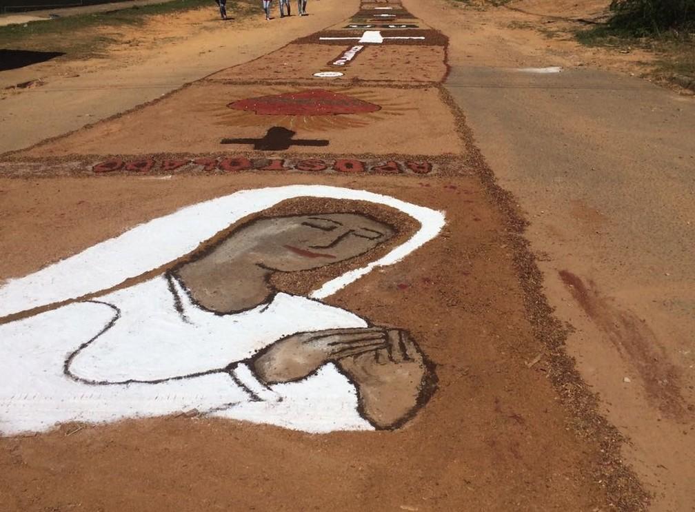 Fiéis desenham imagem em tapete, em Ji-Paraná (Foto: Marco Bernardi/G1)