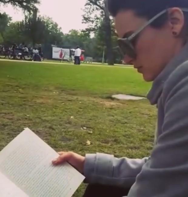 Bianca Bin lê 'A Carne e o Sangue' em parque de Amsterdam (Foto: Reprodução/Instagram)