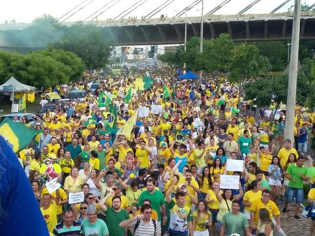 Ato contra o governo Dilma reuniu milhares de pessoas na Avenida Raul Lopes em Teresina (Foto: Ellyo Teixeira/G1)