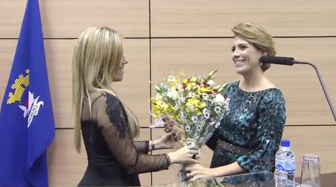 Rosana Valle recebe homenagem em Guarujá (Foto: Reprodução / TV Tribuna)