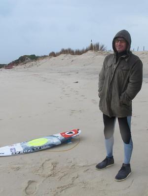 Charles Medina coberto contra a tempestade que cai em Portugal (Foto: Carol Fontes)