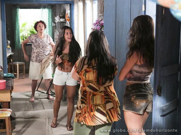 Fátima descober que Selma roubou seu dinheiro e briga com as irmãs (Foto: Felipe Monteiro/TV Globo)