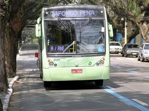 A partir do dia 16 de setembro, fiscalização começará a autuar motoristas que trafegarem nas faixas de forma indevida na cidade. (Foto: Carlos Santos/G1)
