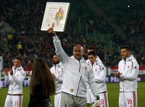 Király ergue quadro em sua homenagem na despedida da seleção da Hungria (Foto: REUTERS/Laszlo Balogh)