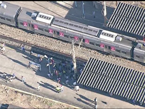 Rio de Janeiro Problema no pantógrafo atrasou circulação de trens no ramal Santa Cruz da SuperVia (Foto: Reprodução/ TV Globo)